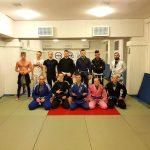 Grupa zaawansowana brazylijskiego jiu-jitsu tasw treningi w kimonach
