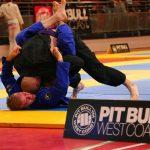 Presja głową z góry w zamkniętej gardzie brazylijskie jiu jitsu